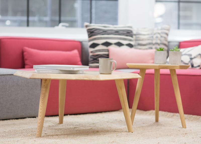 小さなテーブルとコーヒー