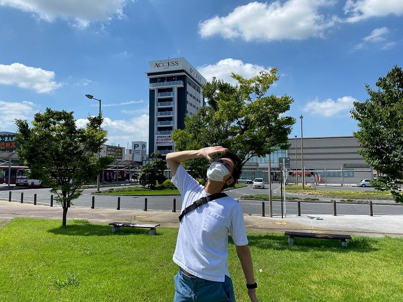 西尾駅前に立っている様子