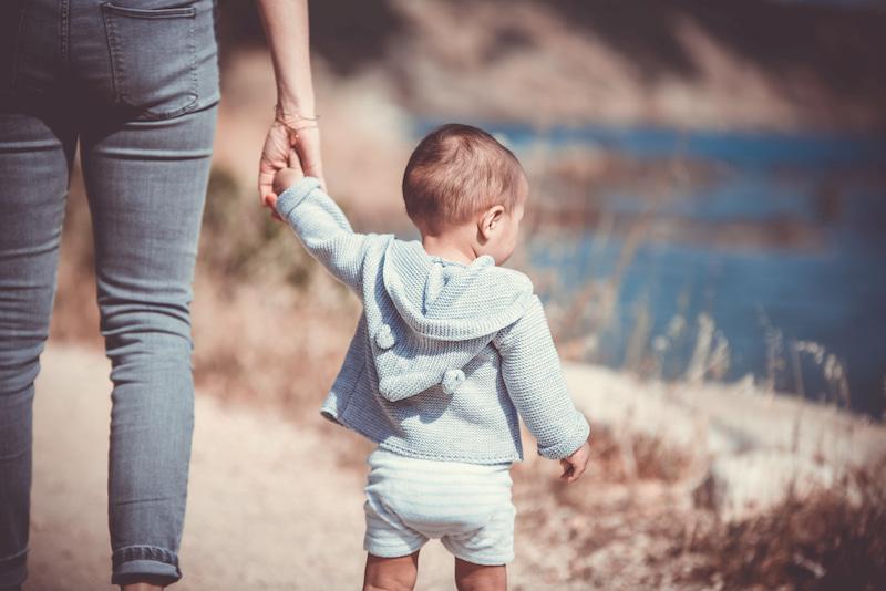 母と手を繋ぐ子