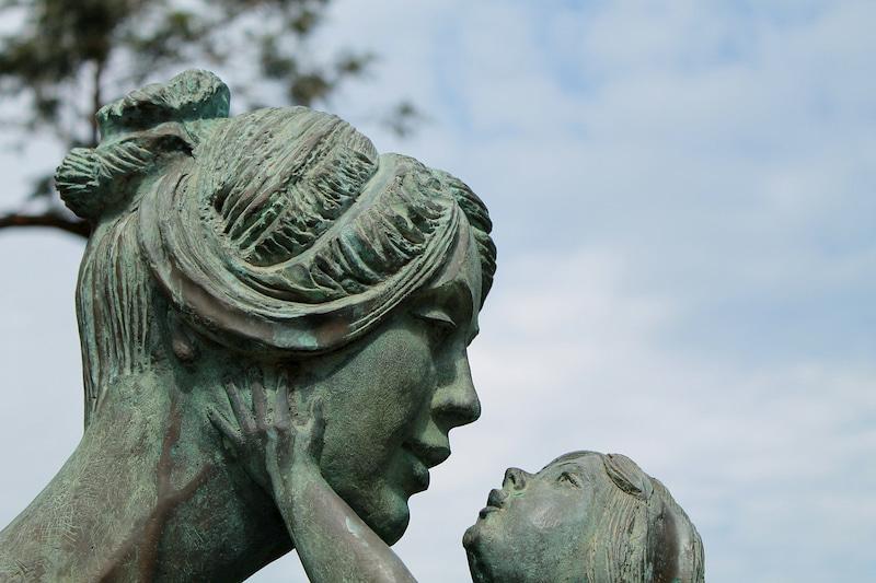 子を抱く母の像