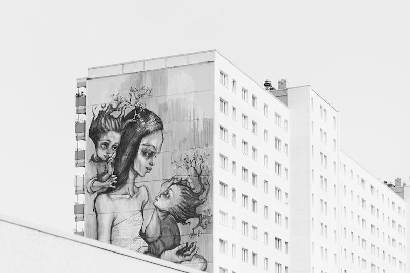 母と子を描いたストリートアート